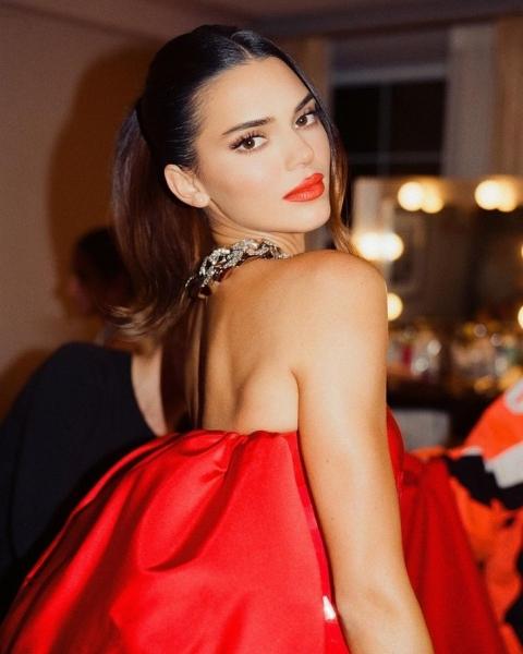 Алая роза: Кендалл Дженнер показала свое платье на афтепати Met Gala