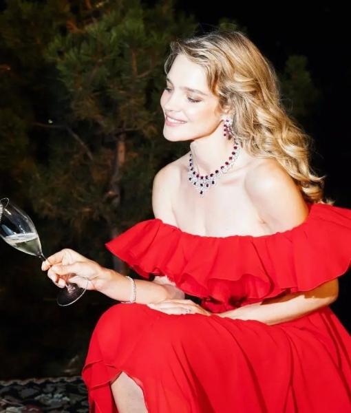 Алая роза: Наталья Водянова в платье Giambattista Valli на благотворительном вечере