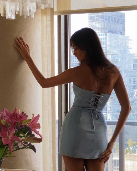 Американская мечта: Жизель Оливейра в очень коротком платье из денима со шнурковкой