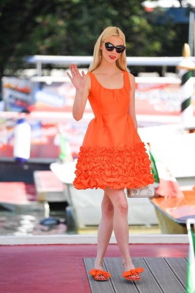 Аня Тейлор-Джой демонстрирует причину, по которой в вашем гардеробе должна быть хотя бы одна оранжевая вещь