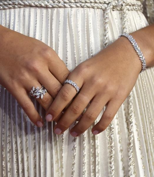 Античная богиня: Эмма Радукану в тунике Dior и украшениях Tiffany & Co. в виде бриллиантовых венков победителей