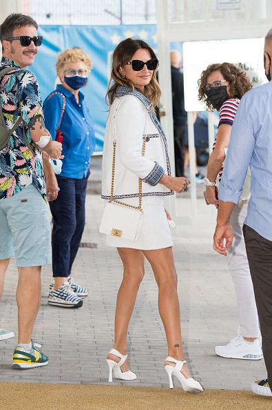 Белая мини-юбка, как в 1990-е, и татуировка на щиколотке: Пенелопа Крус в Венеции