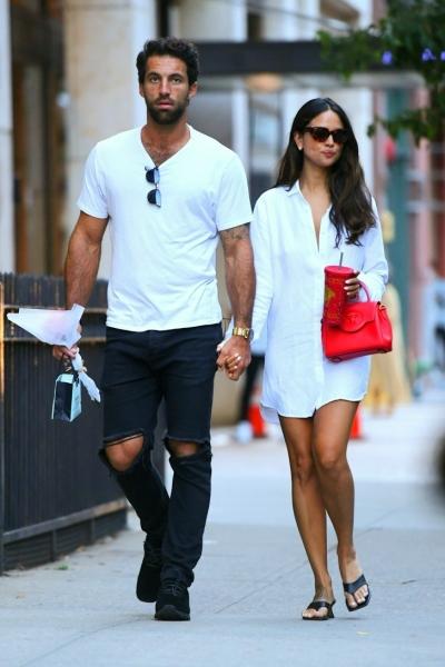 Белая рубашка поверх обнаженного тела и очень яркая сумка: в чем ходит на свидания Эйса Гонсалес