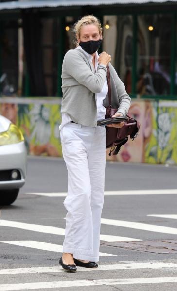Белоснежные брюки + «кардиган секретаря»: очень редкое появление Умы Турман в Нью-Йорке