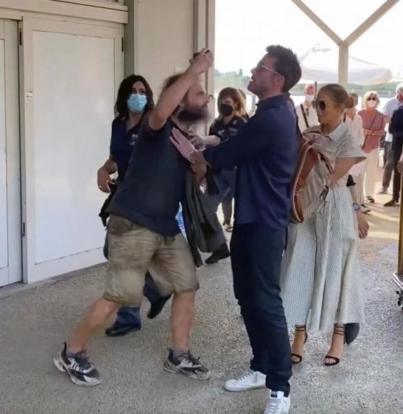 Бен Аффлек спасает Дженнифер Лопес от нападения фаната. Ни одна горошина на платье Dior не пострадала