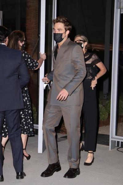 Блистательный Роберт Паттинсон в роскошном брючном костюме с перламутровым блеском
