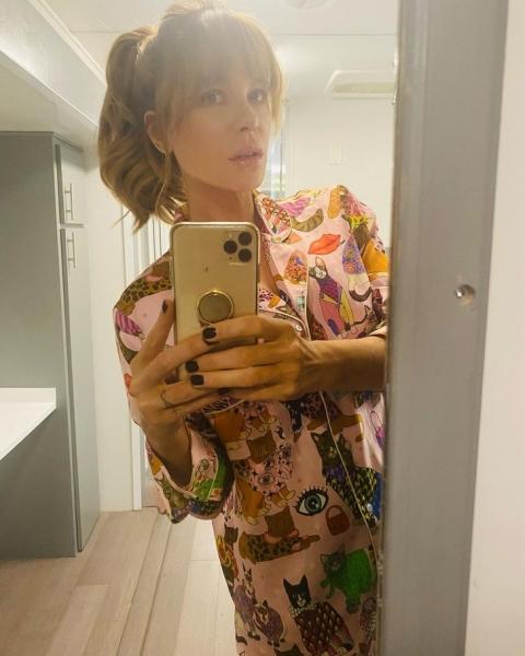 Челка-шторка и небрежный хвост: новая прическа Кэйт Бекинсейл, с которой она выглядит еще моложе
