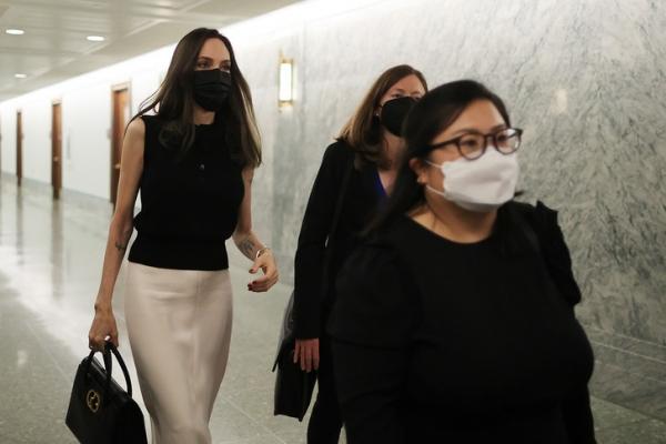 Черный топ с баской + кремовая юбка— строгий, но элегантный дресс-код Анджелины Джоли для серьезных переговоров