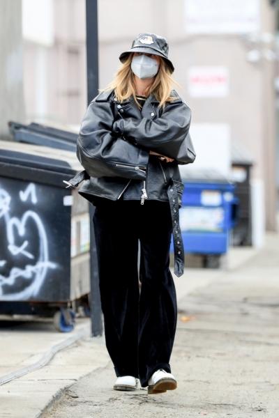 Что носить прямо сейчас, когда на улице дождь и слякоть? 15 модных стритстайл-образов Хейли Бибер для вдохновения