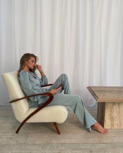 Чтобы поднять себе настроение, носите дома красивую шелковую пижаму, как Роузи Хантингтон-Уайтли
