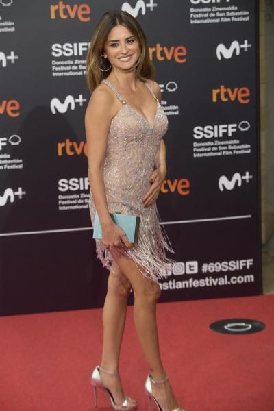 Даже Пенелопа Крус делает это: носит «голое» платье из кристаллов на больших премьерах