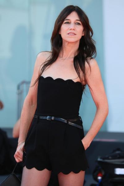 Днем в базовых джинсах, вечером— в ультракоротких шортах и сапогах с кристаллами: Шарлотта Генсбур в Венеции