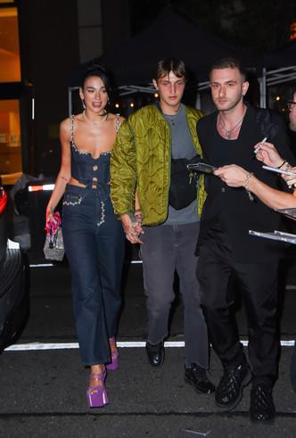 Дуа Липа в «обратном» корсете и брюках самого модного кроя