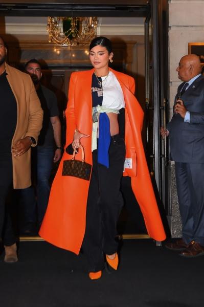 Два главных цвета этой осени— оранжевый и ярко-синий: доказано Кайли Дженнер