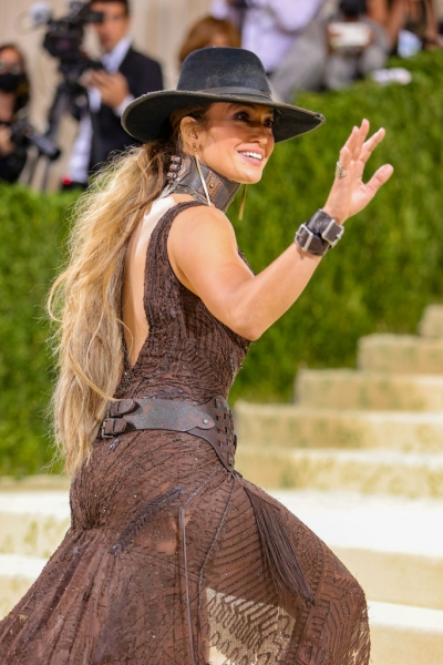 Дженнифер Лопес в образе сексуальной ковбойши на Met Gala 2021. Интересно, она прискакала на бал на лошади?