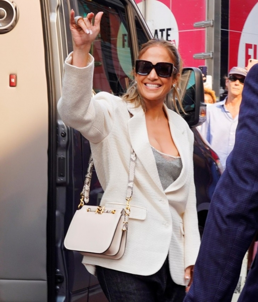 Дженнифер Лопес в прозрачном топе и с самой актуальной сумкой сезона