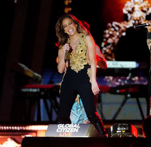 Дженнифер Лопес в золотом костюме гладиатора смеется от души