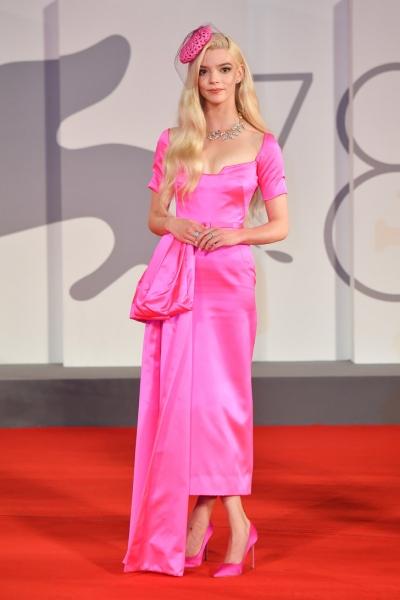 Еще никогда розовый не выглядел так красиво: Аня Тейлор-Джой в платье Dior на премьере в Венеции