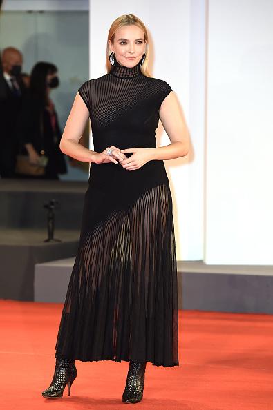 Если долго смотреть на черное платье Джоди Комер, то можно увидеть миледи и идеальное тело (и на время забыть про Джей Ло)