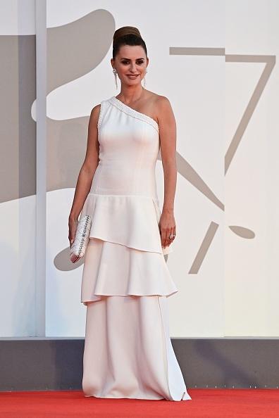 Если вы ищите простое и элегантное белое платье, то Пенелопа Крус уже сделала выбор за вас