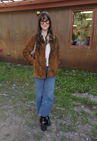 Эти джинсы настолько идеальны, что Дакота Джонсон носит их на премьере своего фильма