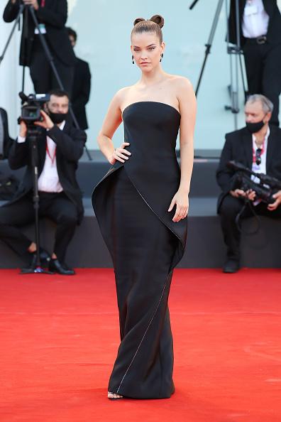 Этому телу хочется завидовать и это платье хочется носить: Барбара Палвин в кутюрном Armani