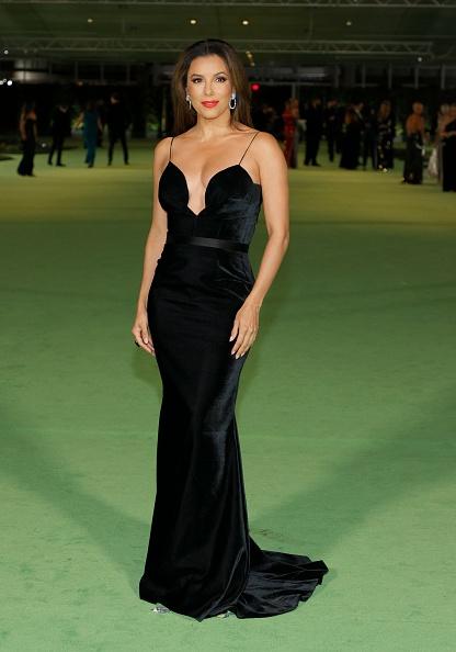 Ева Лонгория в черном платье-футляре позволила себе чуть больше