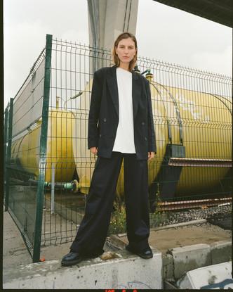 Где искать базовые футболки, свитера с модным принтом, идеальный тренч и пальто на осень 2021?