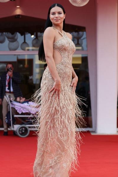 Гладкая прическа и голое платье с игривой бахромой: Адриана Лима в Венеции