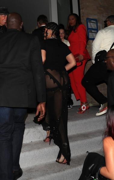 «Голое» платье Рианны, из-за которого все думают, что она беременна