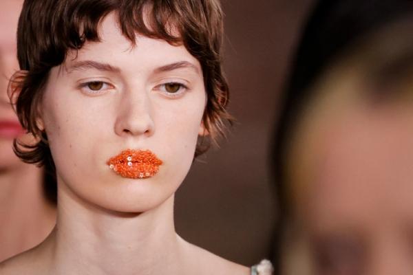 Губы с «кондитерской посыпкой»: как выглядит эффектный макияж на показе Acne Studios SS 2022