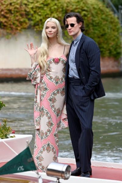 Ход королевы: Аня Тейлор-Джой в платье, на котором распускаются самые нежные цветы