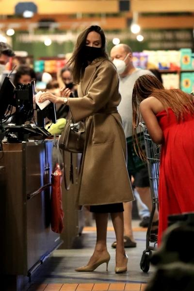 Идеальное бежевое пальто, в котором Анджелина Джоли проводит осень