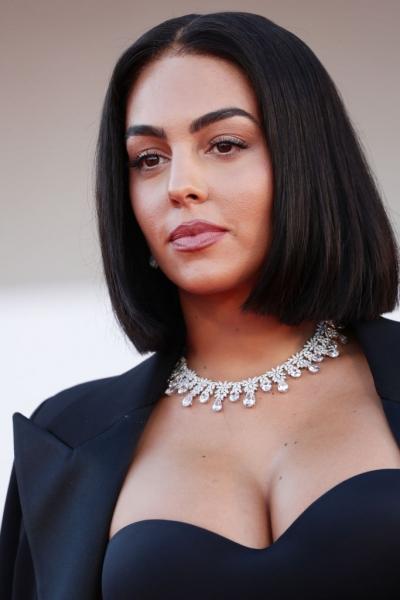 Идеальное каре, черный корсет и огромные бриллианты: как выглядит женщина одного из лучших в мире футболистов