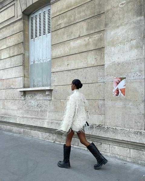 Игра на контрастах: Тина Кунаки в объемном пушистом свитере и в очень короткой юбке