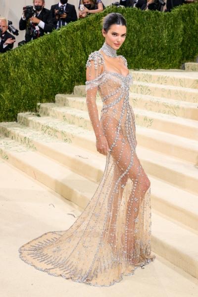 Именно так выглядит роскошь: Кендалл Дженнер в «голом» платье Givenchy, расшитом миллионами сверкающих кристаллов