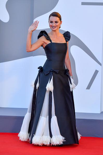 Инь и ян: Пенелопа Крус в монохромном кутюре Chanel— главная звезда церемонии открытия Венецианского кинофестиваля