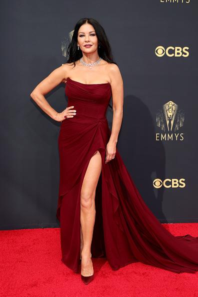 Истина в вине: Кэтрин Зета-Джонс в платье оттенка французского пино-нуар