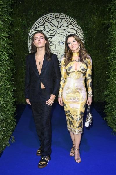 Яблоко от яблони: Элизабет Херли с сыном Дэмианом на шоу Versace x Fendi