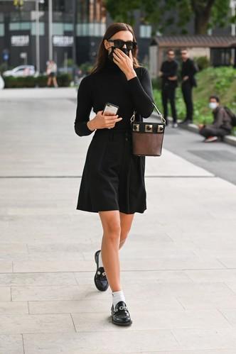 Юбка-шорты + водолазка: что носит Ирина Шейк между показами в Милане?