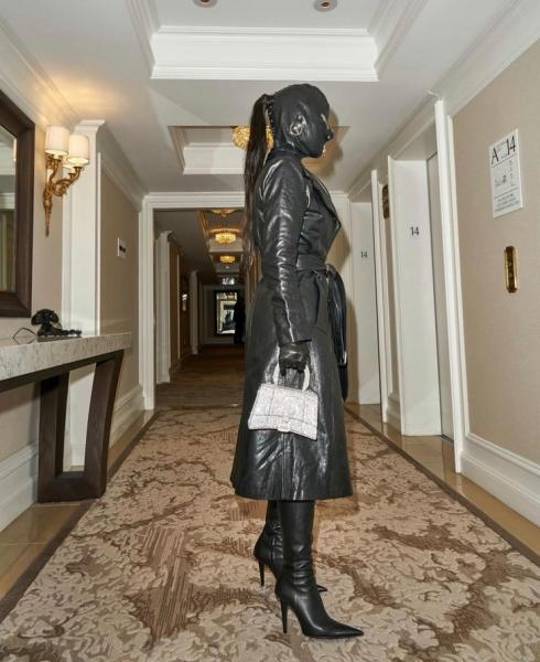 К Хэллоуина готова: очень страшный образ Ким Кардашьян на прогулке в Нью-Йорке