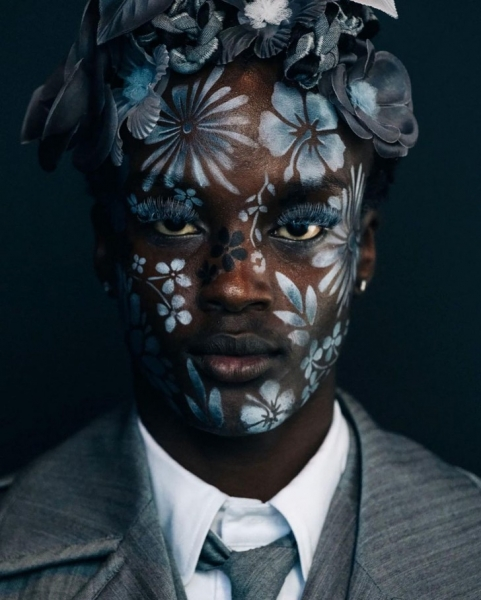 Как круто расписать лицо цветами по трафарету: показывает визажист Исамая Френч на шоу Thom Browne SS/22