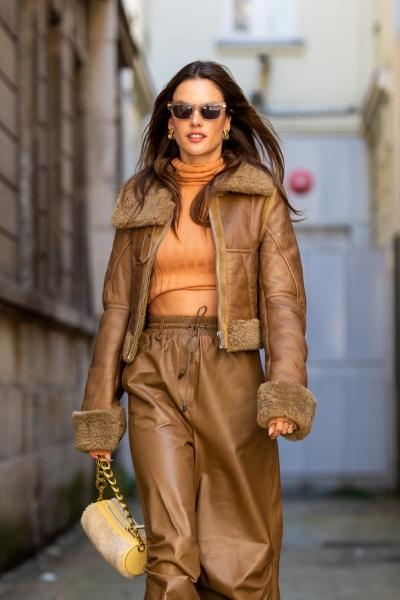 Как носить кожаный тотал-лук этой осенью? Ответ знает Алессандра Амбросио