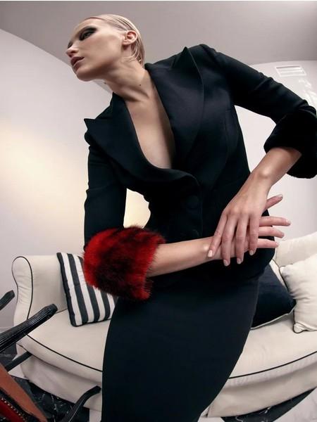 Как построить осенний гардероб всего из трех цветов: красного, черного и белого