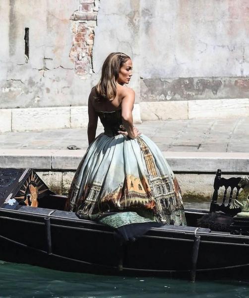 Как выглядит богатая венецианская догаресса? Показывает Дженнифер Лопес в кутюре и в гондоле
