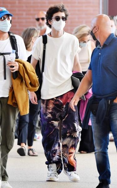Какие джинсы стоит носить мужчинам этой осенью? Показывает Тимоти Шаламе в Венеции