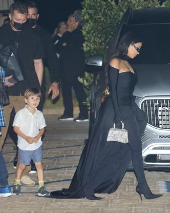 Ким Кардашьян в тотал-луке Balenciaga, созданном специально для нее. Не обернуться ей вслед невозможно!