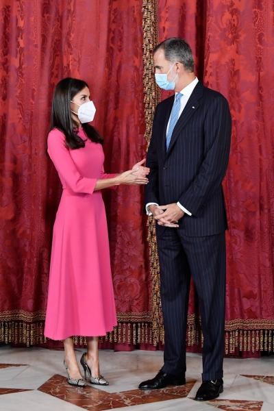 Королева Летиция в элегантном розовом платье на встрече с президентом Анголы