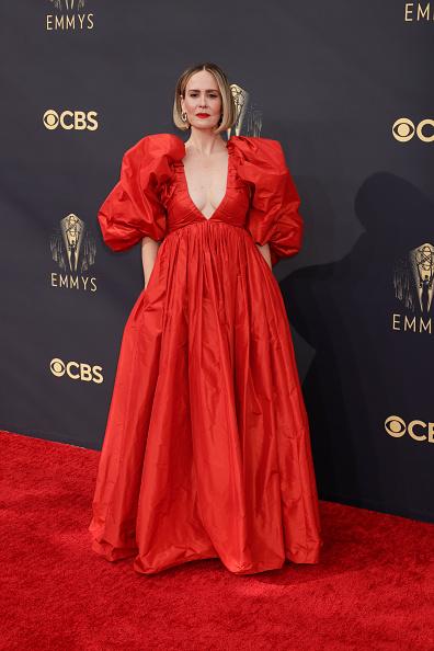 Красный в превосходной степени: Сара Полсон в обезоруживающем платье Carolina Herrera