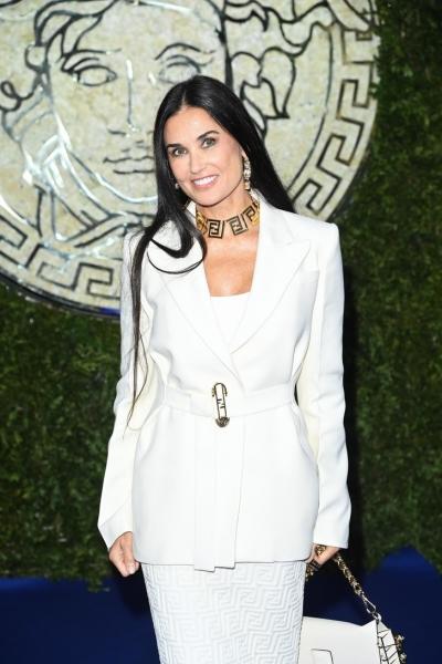 Красота по-американски: Деми Мур в белом платье Fendi и элегантном блейзере